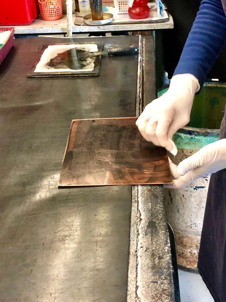 ממלאים את לוח הברזל בצבע