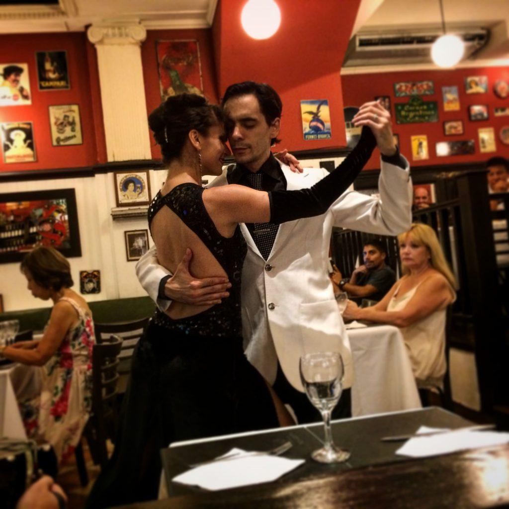 טנגו במסעדה בבואנוס איירס