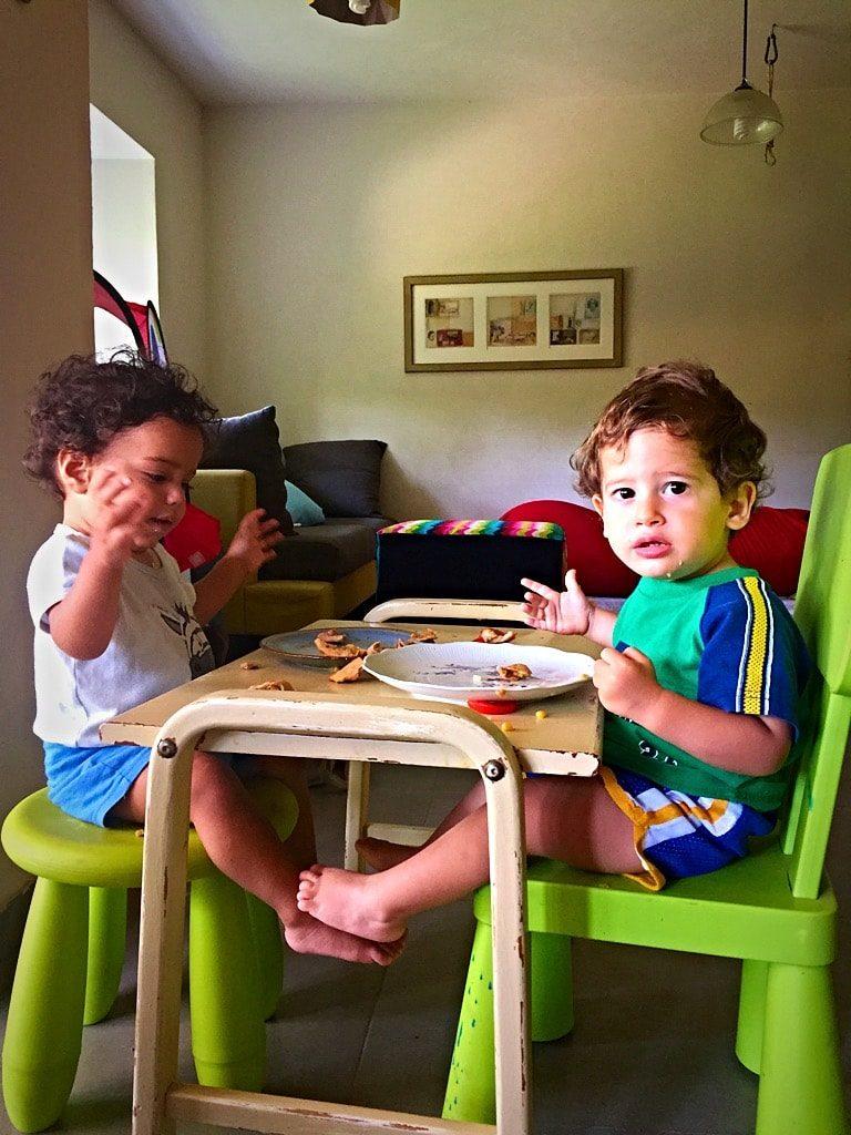ילדים אוכלים אמפנדס טבעוני