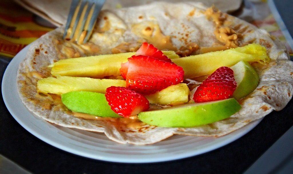 טורטיה עם חמאת בוטנים ופירות