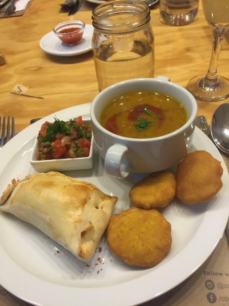 אמפנדס, מרק שעועית צ׳ילאני, סלט pebre ולביבות דלעת מוכנות