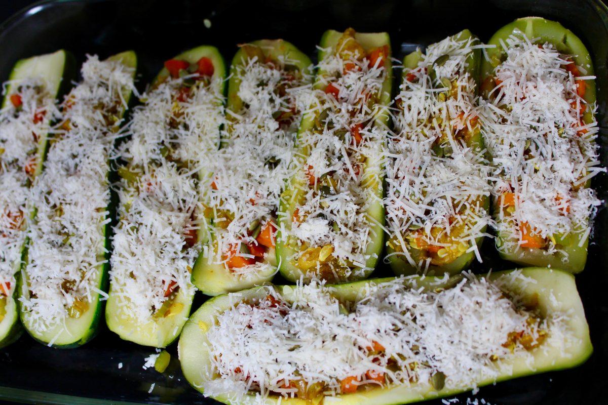 הכנות לסירות קישואים במילוי ירקות:מכסים בפרמזן