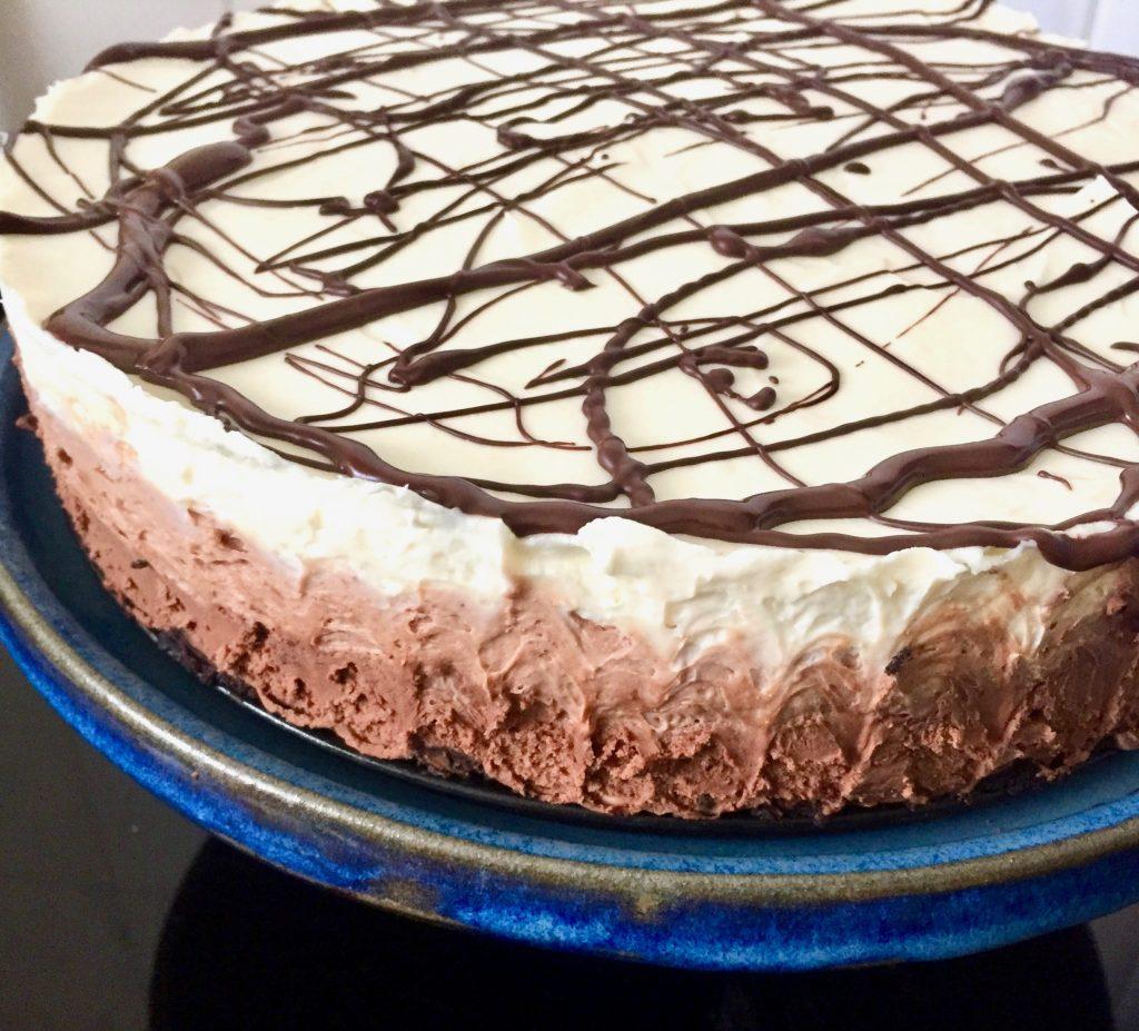 עוגת גבינה עם שלושה שוקולדים