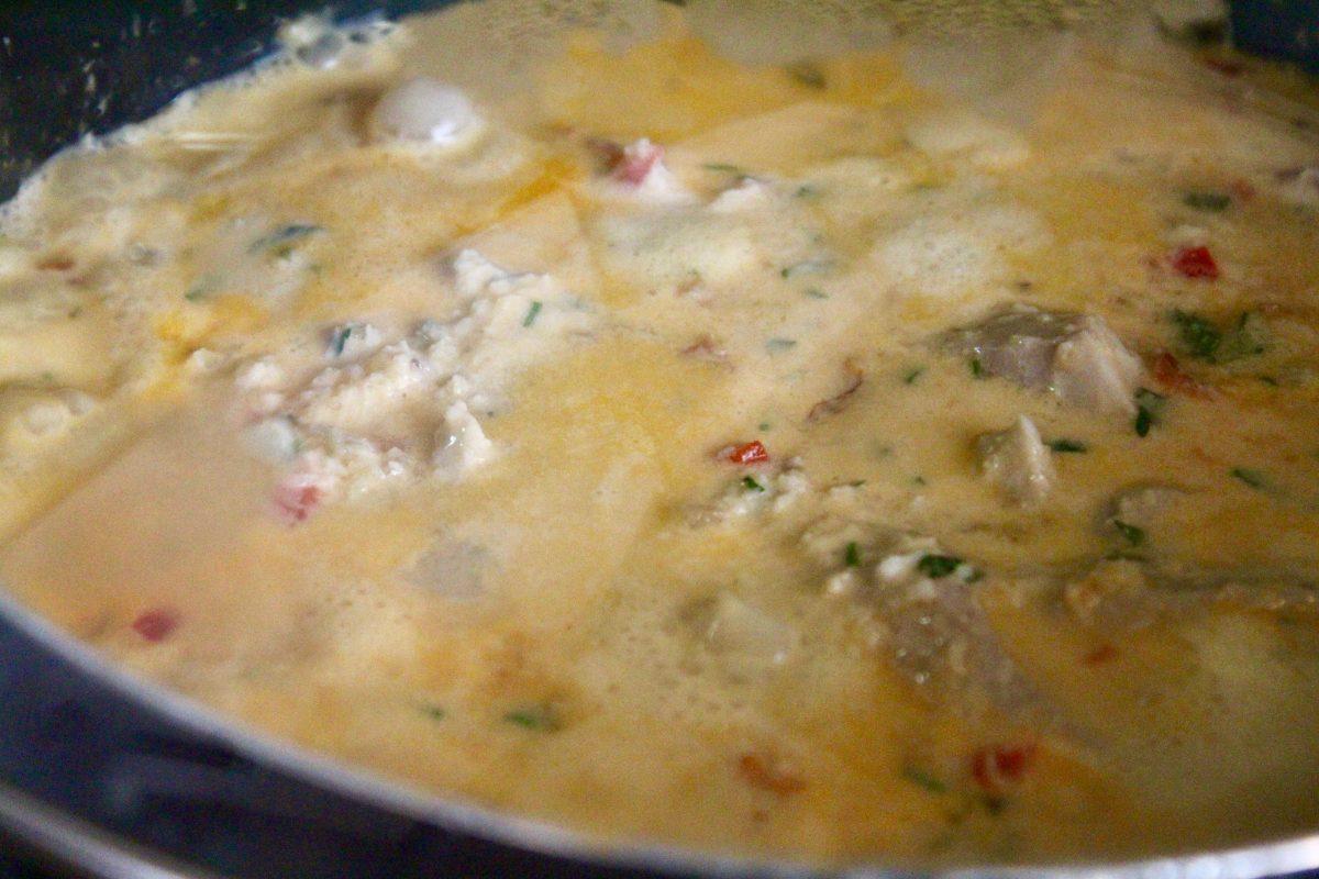 מוסיפים את הדגים לרוטב של הדג בחלב קוקוס