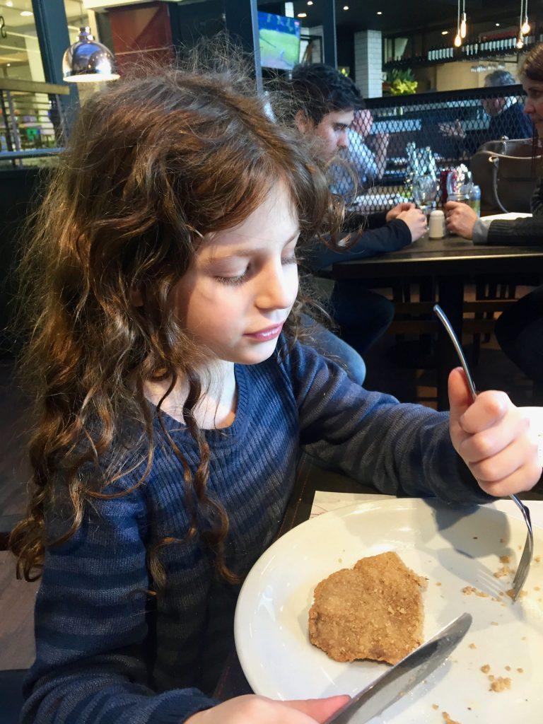 הנסיכה אוכלת שניצל בקר ארגנטינאי