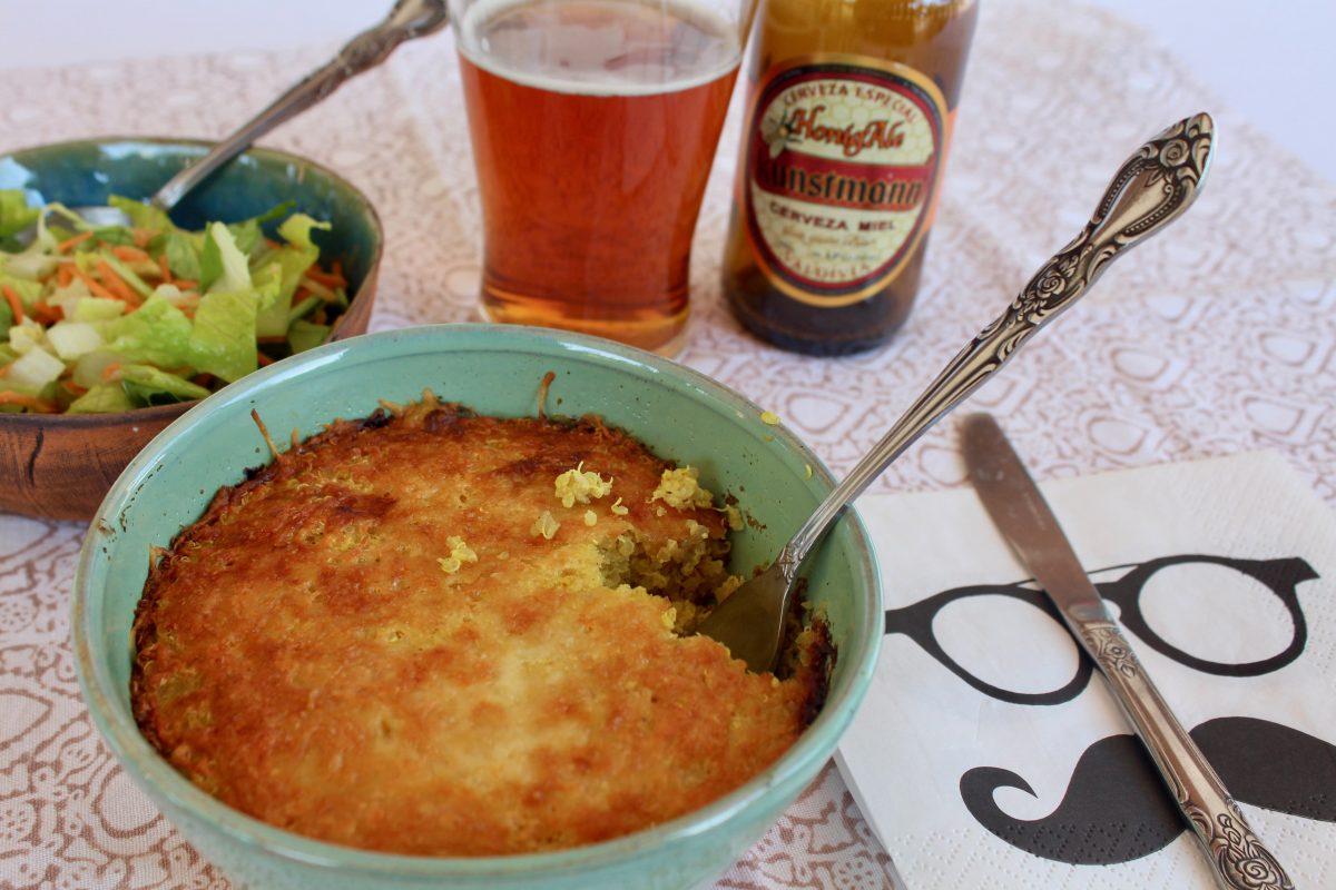 מגישים את מאפה הקינואה עם סלט ובירה קרה ליד