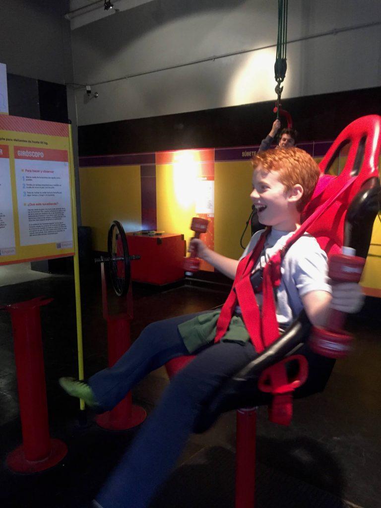 הילדים נהנים במוזיאון