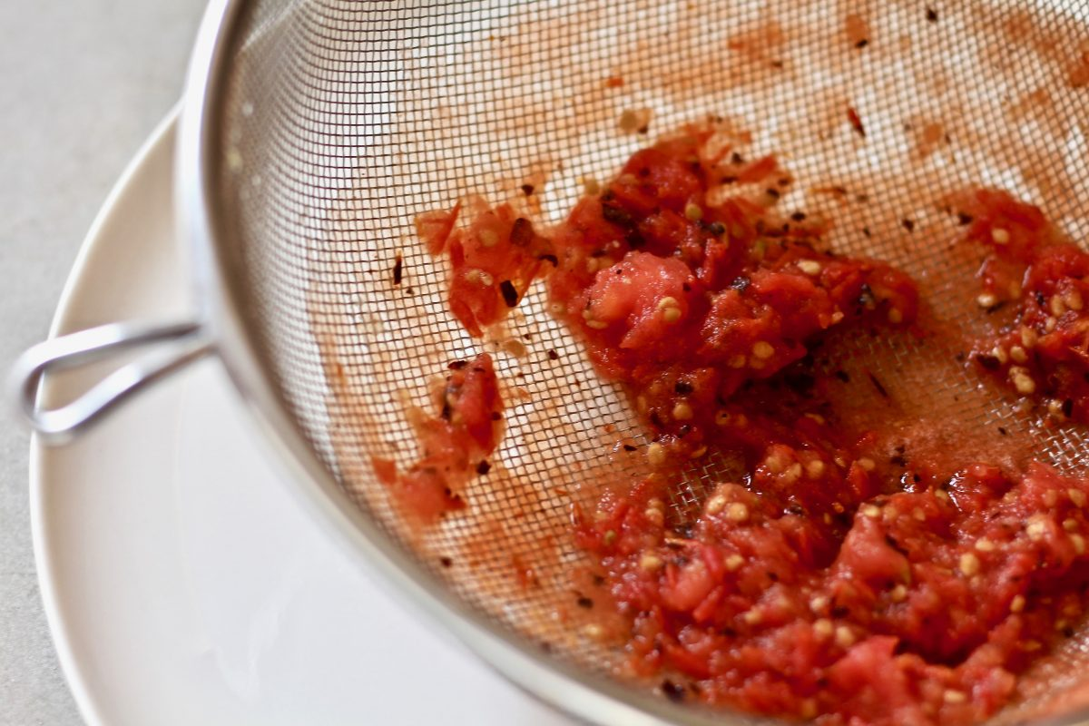 לסנן את העגבניות ל מרק שעועית שחורה