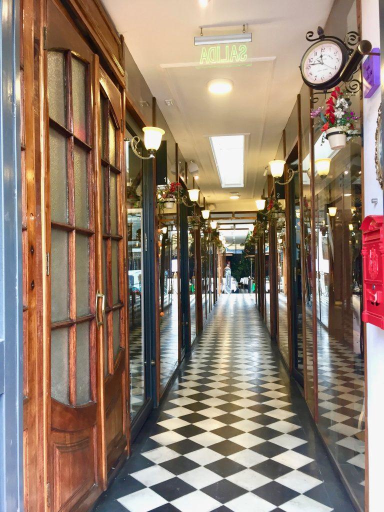 דלת לאזור קטן של חנויות ובית קפה בסופו
