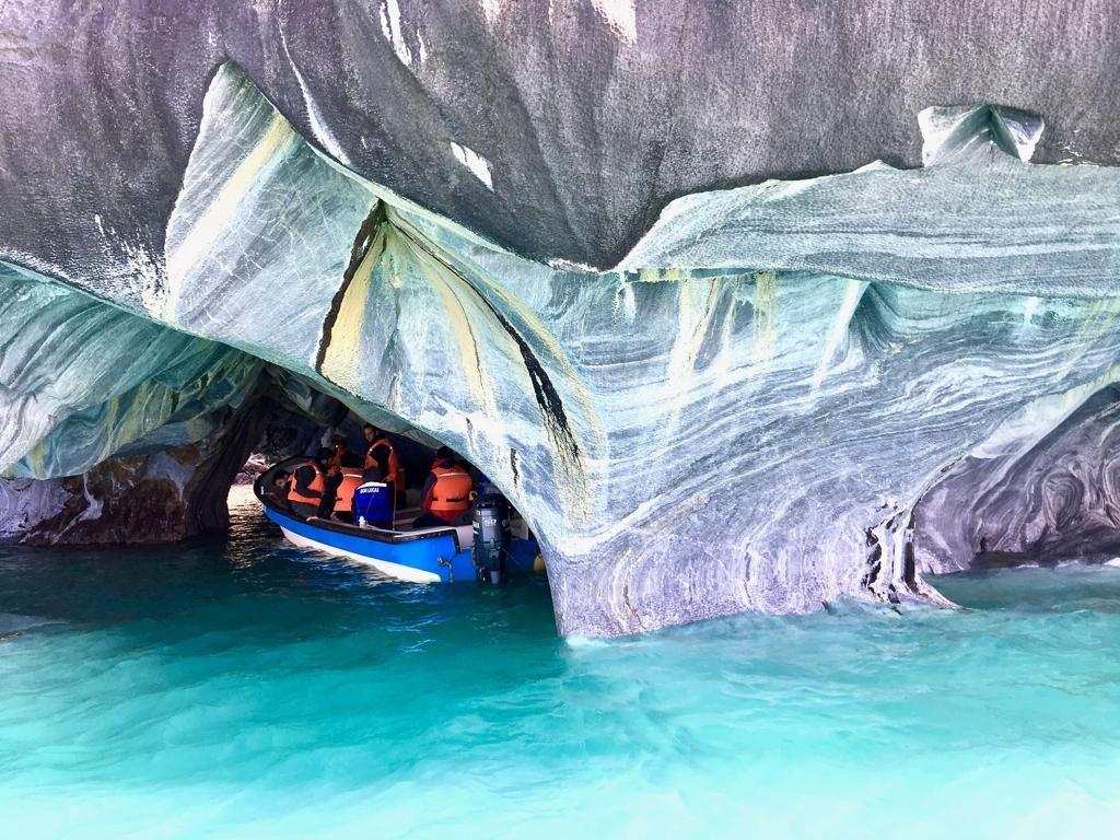 סירה קטנה שנכנסת לתוך המערות