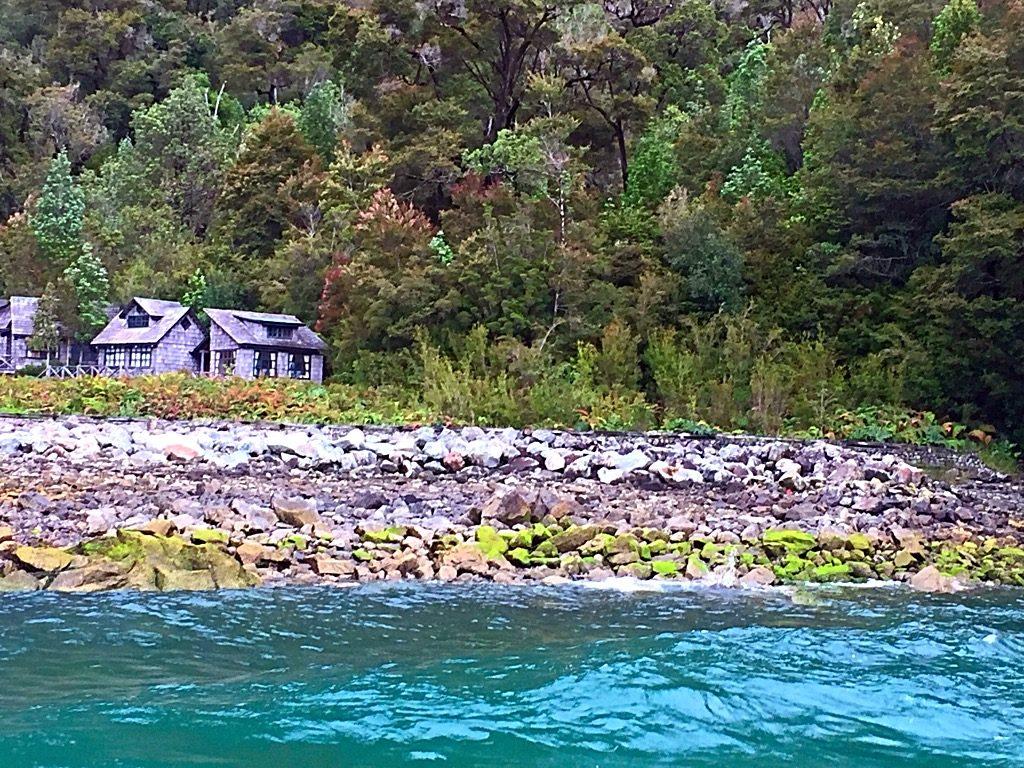 בית על שפת האגם - צולם מהמעבורת