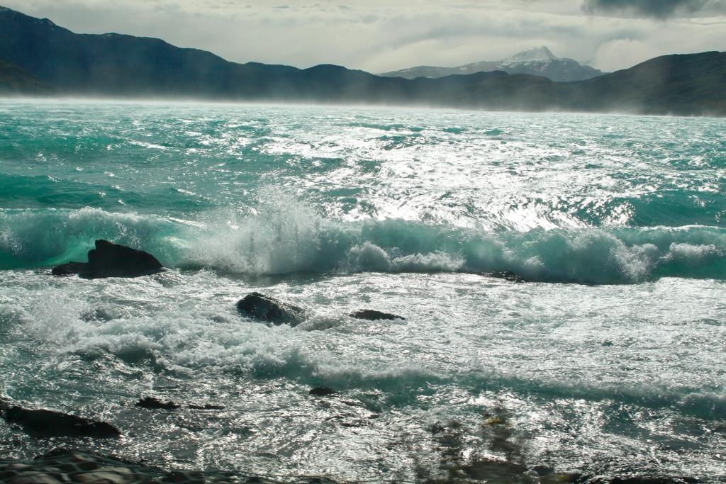 הגלים האגם שהרוחות יצרו