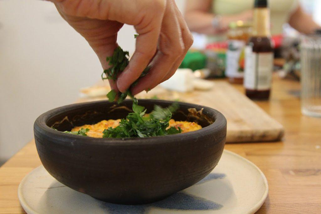 אוכל לטיני, מטבל תירס מקסיקני מקושט בכוסברה. צילמה אילנה בר