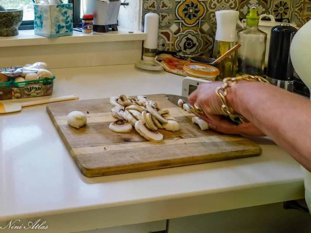 אוכל לטיני, תמר חותכת את הפטריות. צילמה: ניני אטלס