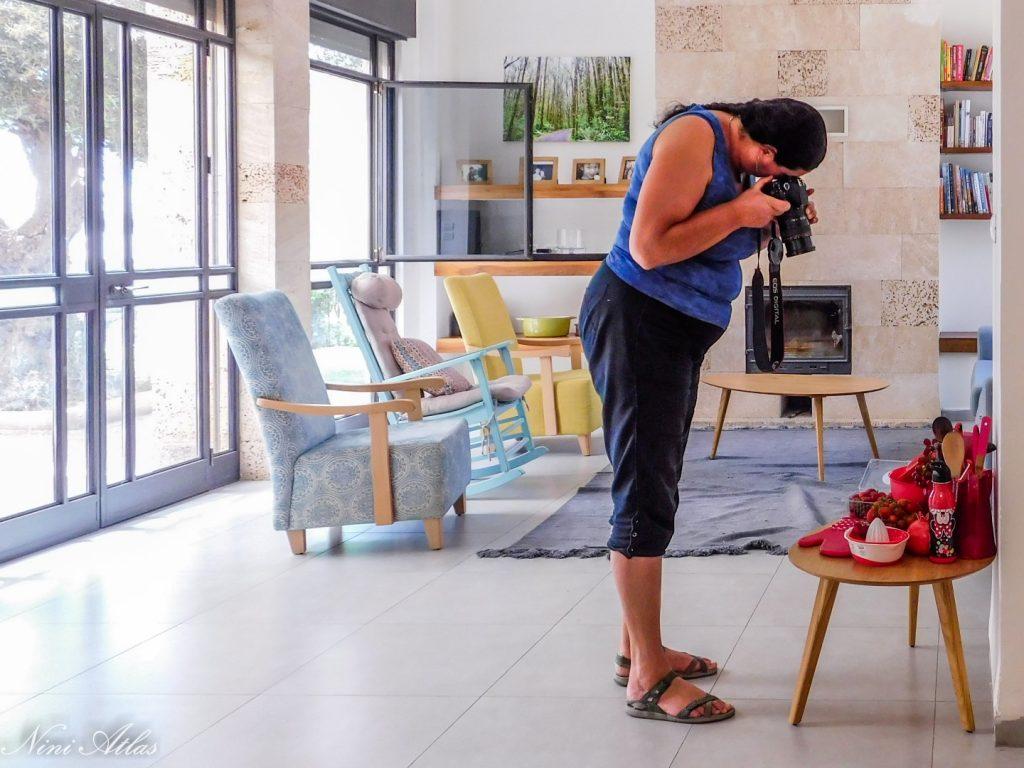 אילנה מצלמת את הסט האדום שלה. צילום: ניני אטלס