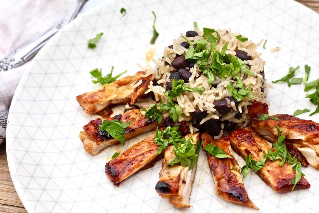 פרגיות צלויות ברוטב טקילה ולימון עם אורז ושעועית שחורה