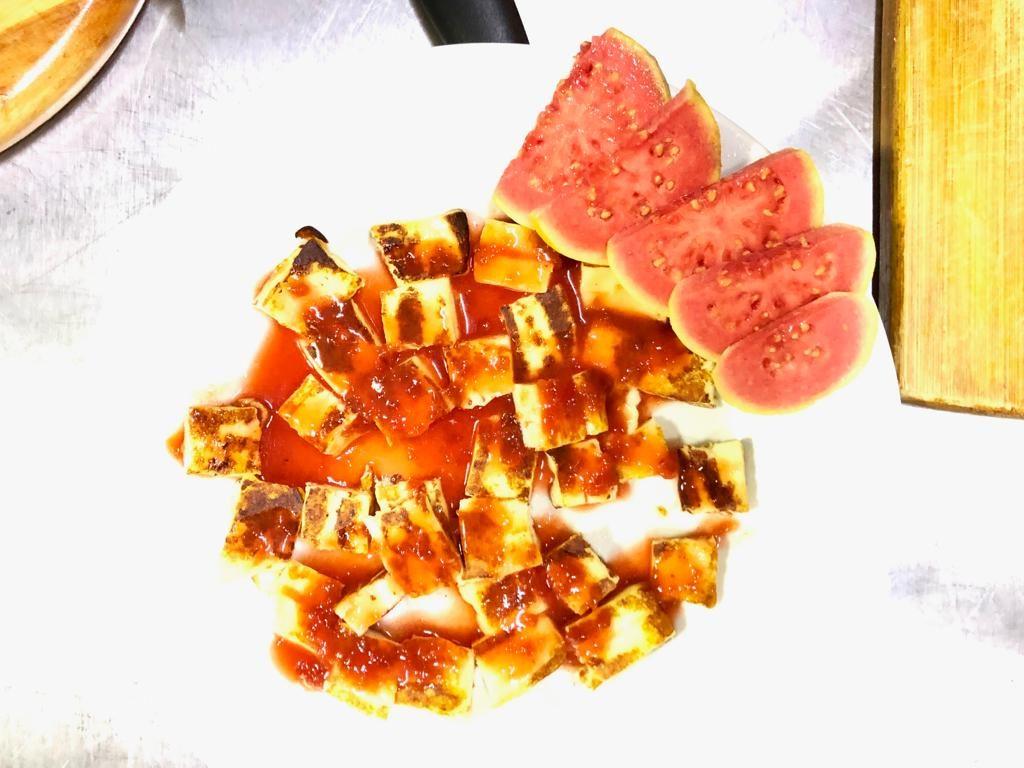 גבינה מטוגנת עם רוטב מתוק חריף, דג בחלב קוקוס ברזילאי (Moqueca)