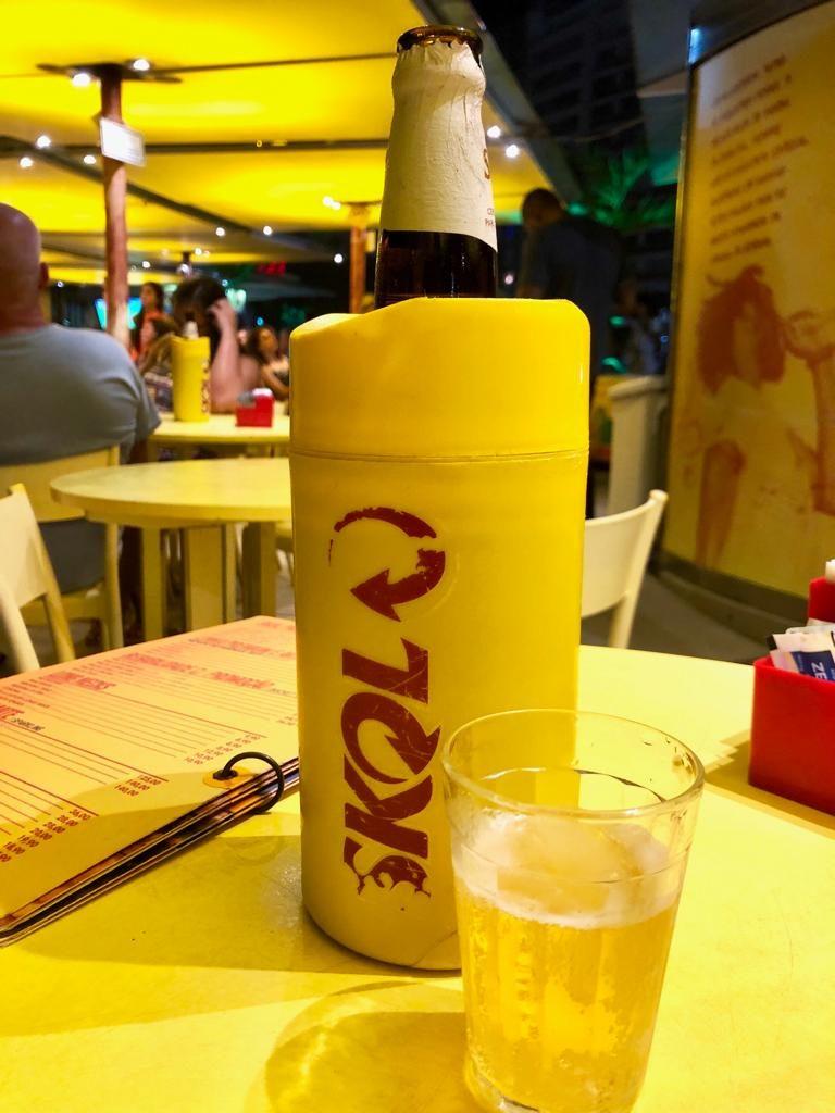 בקבוק בירה בתוך שומר קור (״קונדום״)