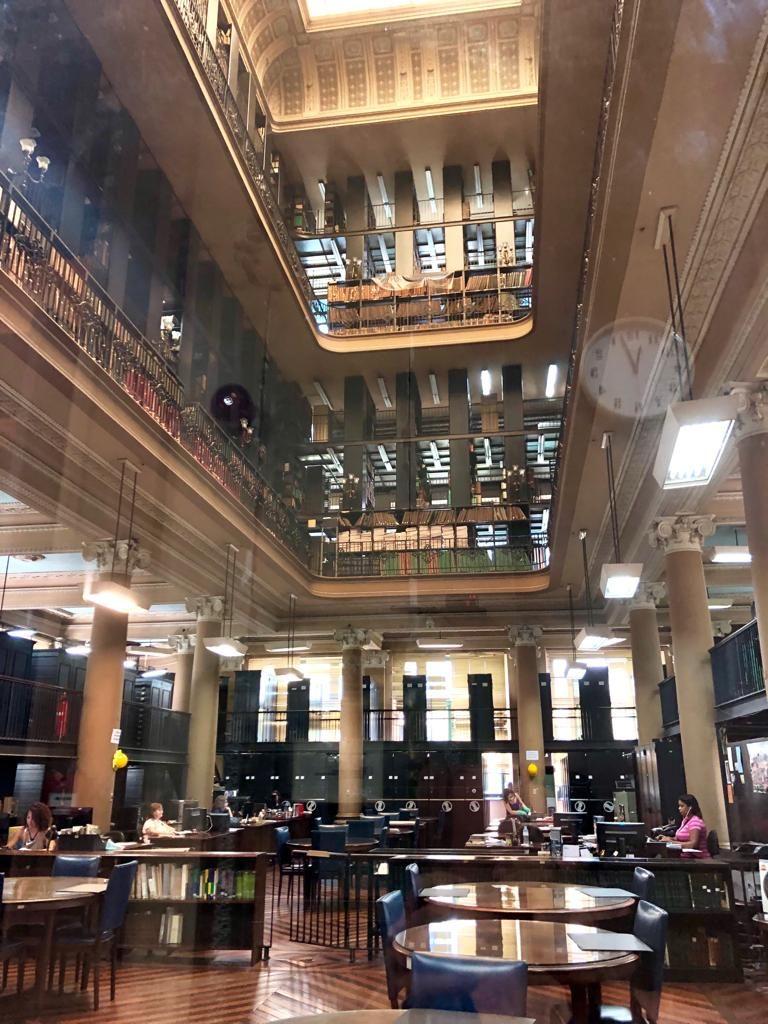 בתוך הספריה הלאומית