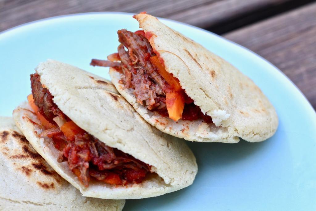 ארפה ונצואלית ממולאת בבשר מפורק