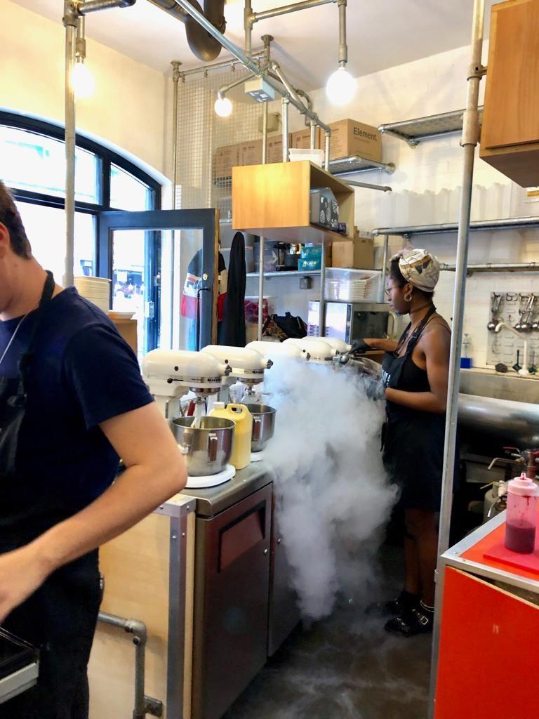 מכינים את הגלידה במקום בעזרת חנקן