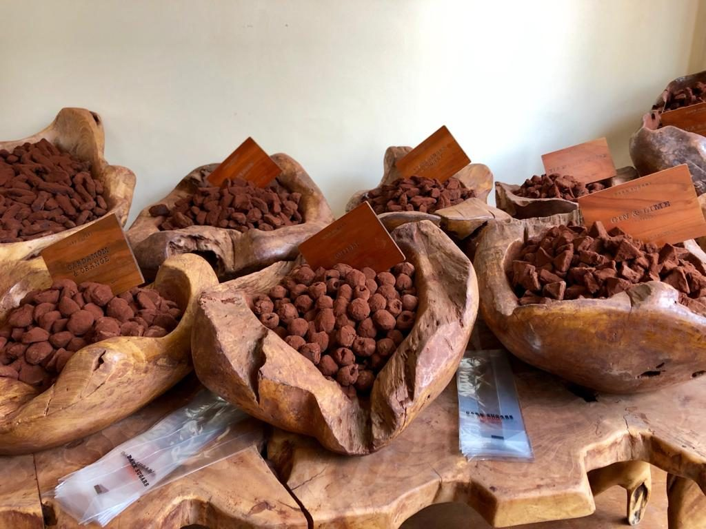 השוקולד מוצג על עצים שגדלים בגאנה
