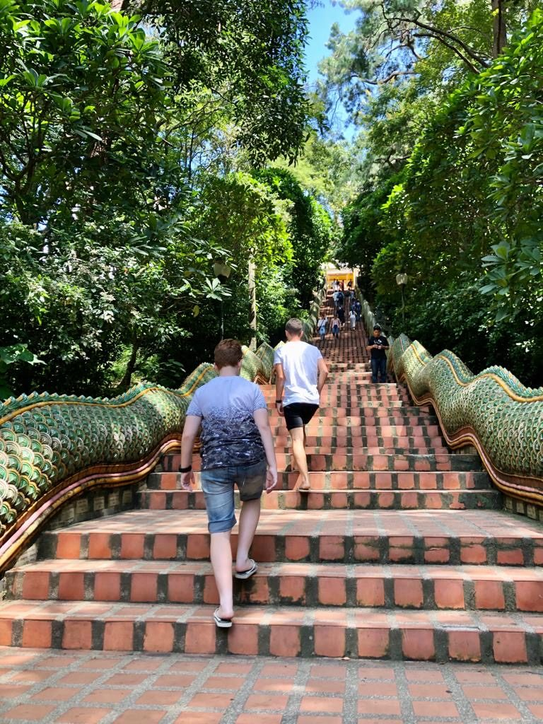 עולים במדרגות למקדש, צ'אנג מאי