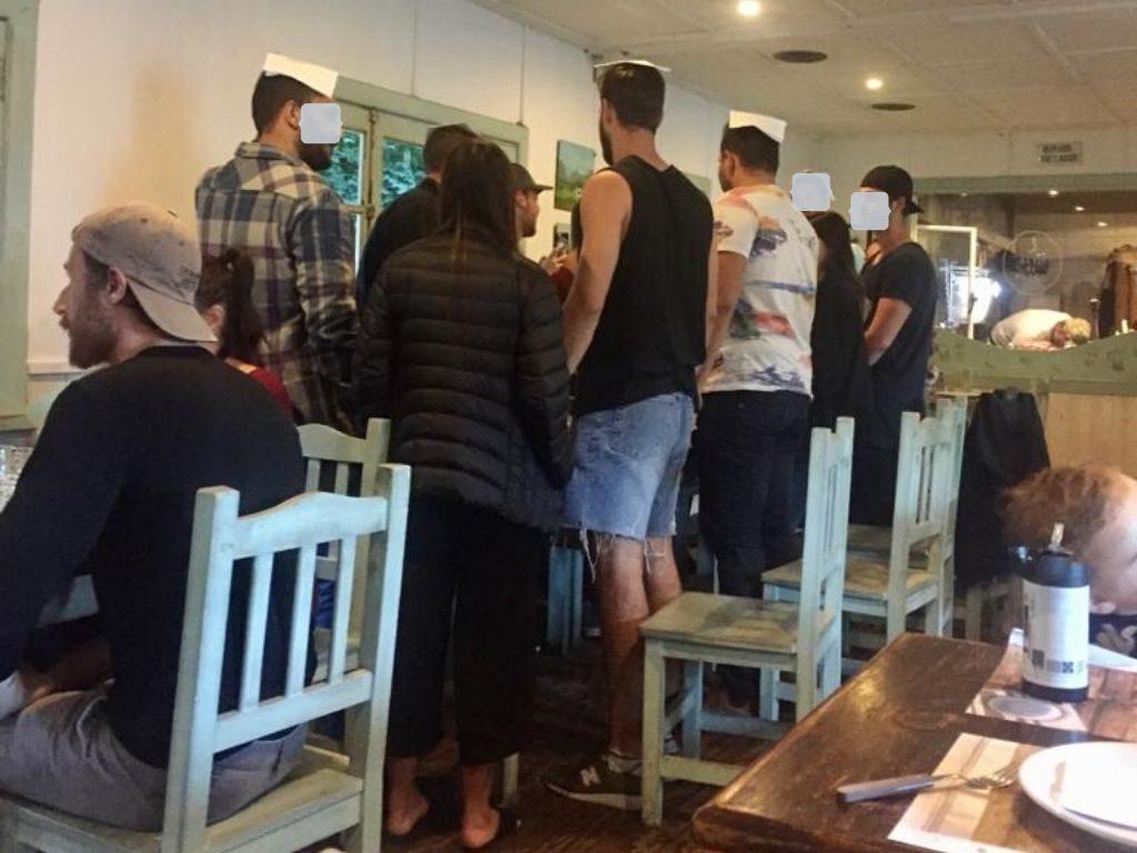 חבורת מוצ'ילרים ישראלי עושים קידוש במסעדה