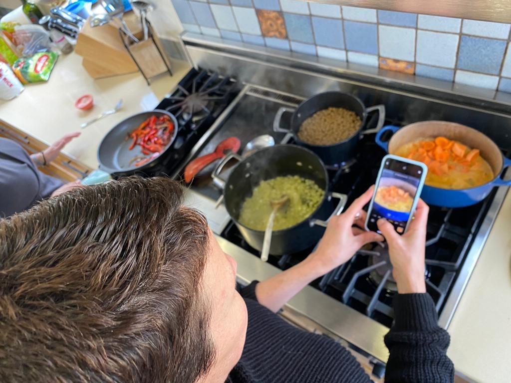 בלוגרית אוכל בפעולה: מבשלת ומצלמת בו זמנית צילמה: לירון כספי