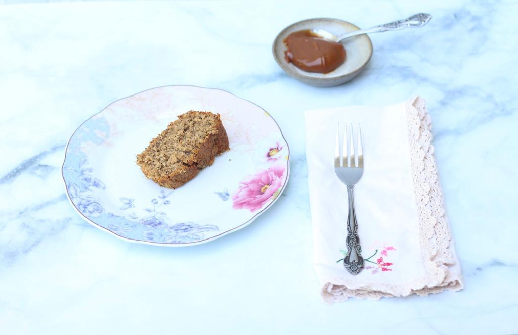 פרוסת עוגת פרג עם ריבת חלב